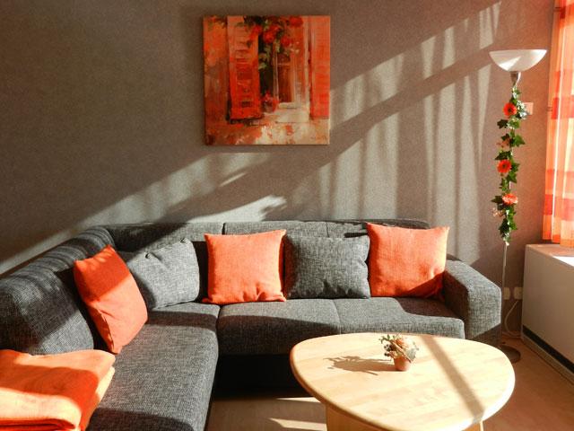 Bequemes Sofa in der Ferienwohnung Grande mit Blick auf die Ostsee am Südstrand von Fehmarn