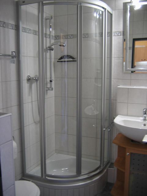 Bad mit Dusche der Ferienwohnung Grande Seiss am Südstrand von Fehmarn