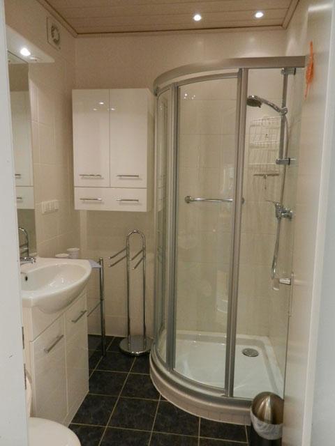 Bad mit Dusche in der Ferienwohnung Piccolo Seiss am Südstrand von Fehmarn