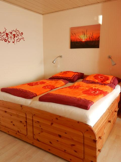 Seniorengerechtes Bett in der Ferienwohnung Piccolo Seiss am Südstrand von Fehmarn