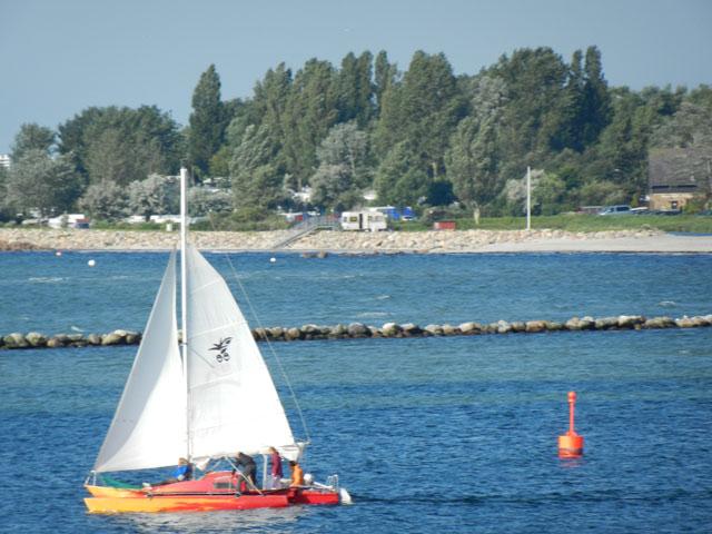 Blick auf ein Segelboot in der Hafeneinfahrt aus der Ferienwohnung Piccolo Seiss am Südstrand von Fehmarn
