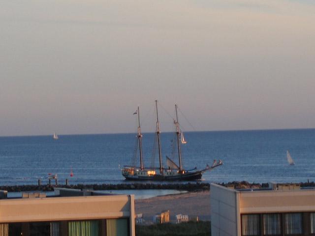 Ein Segelboot sieht man aus der Ferienwohnung Grande am Südstrand von Fehmarn